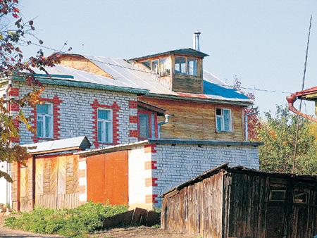 ЗАМАНСКИЙ и КЛИМОВА живут в Муроме в скромном деревянном домике (справа). Деньги от сдачи московской квартиры в двух шагах от Нового Арбата - хорошая прибавка к пенсии