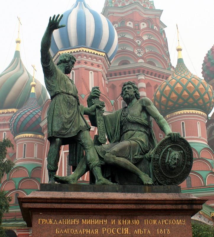Минин и Пожарский на Красной площади в Москве